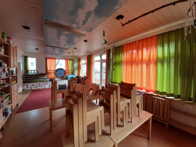neu gestalteter Gruppenraum mit Vorhängen